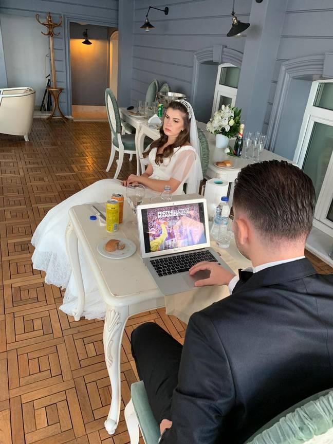 Sposo gioca a Football Manager durante il suo matrimonio
